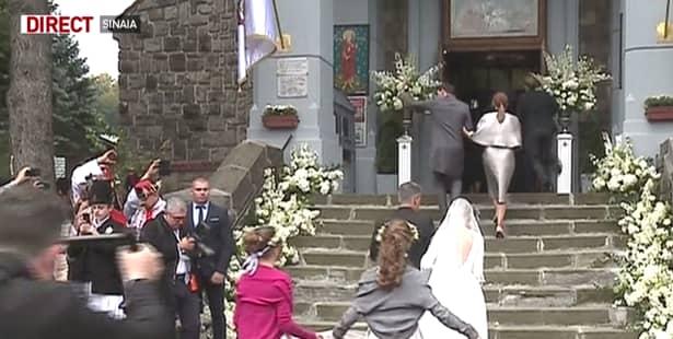 Conform Antena 3, ceremonia religioasă a început la ora 14:36. Cei prezenți la nuntă erau emoționați, dar mirii îi întreceau vizibil, asta și datorită celui mai frumos moment din viața lor, dar și datorită soborului de preoți prezenți. Doar că nu aici se oprește seria de clipe pline de intensitate. La intrarea în biserică, aceștia au fost întâmpinați de nuntași cu aplauze. Ba chiar până și edilul de la intrarea în biserică a fost cuprins de sentimente pe care nu le putea controla.