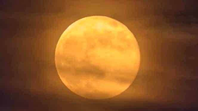 """Fenomen astronomic important în această noapte. Luna portocalie sau """"Luna vânătorului"""" va influenţa zodiile"""