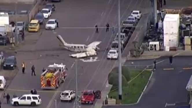 Un avion s-a prăbușit pe o șosea din Phoenix, Arizona, în Statele Unite ale Americii. Cei aflați în aeronavă au scăpat cu viață