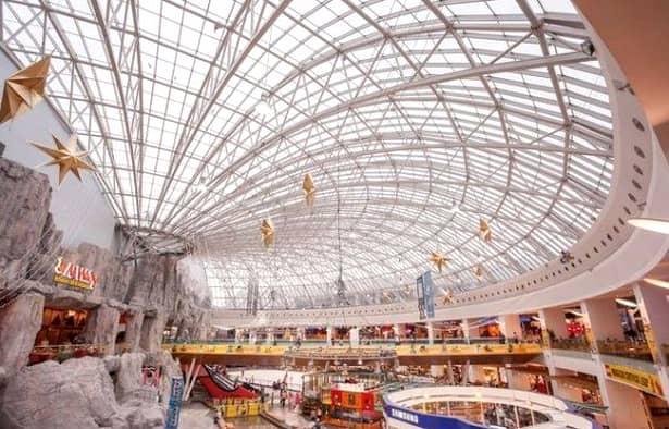 Copil filmat pe cupola de sticlă a mall-ului AFI Cotroceni