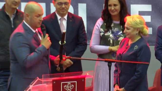 Cadou surprinzător pentru Viorica Dăncilă. Șefa PSD a primit o sabie de samurai și o icoană