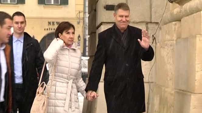 Carmen Iohannis, din nou în fustă scurtă la biserică! Cum s-a îmbrăcat soția lui Klaus Iohannis. FOTO