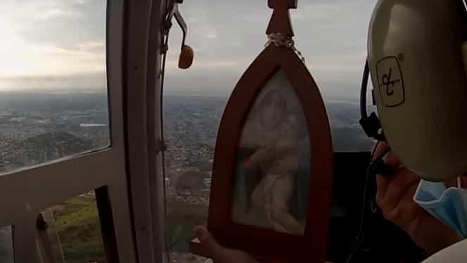 Fecioara Maria veghează din elicopter. Procesiune atipică în Ecuador – Video