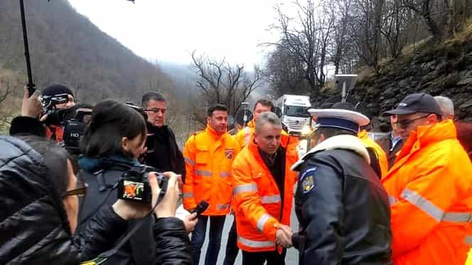 Un zid de sprijin s-a prăbușit pe Valea Oltului. Ministrul Transporturilor a mers să vadă cum decurg reparațiile