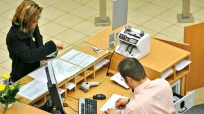Românii care câştigă sub 2.900 de lei brut/lună ar putea fi scutiţi de la plata comisioanelor bancare