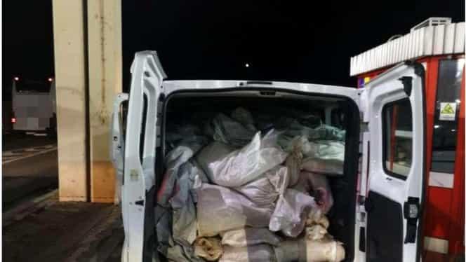 Un sârb a fost prins de poliția de frontieră cu 750 de kg de cannabis! Toată marfa era ascunsă în saci de rafie. Foto + Video