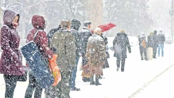 Dezastrul lăsat în urmă de ninsori și viscol: localități fără curent, trafic blocat, trenuri cu ore întregi de întrârziere