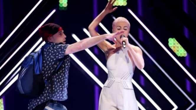 Incident la Eurovision: Un bărbat a dat buzna pe scenă