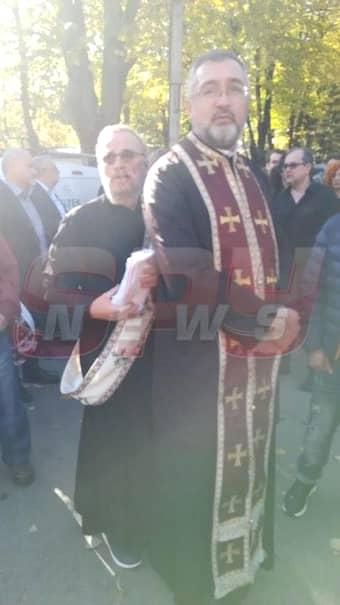Umoristul Ovidiu Cuncea, preot la înmormântarea lui Leo Iorga. Familia artistului, devastatată la slujba religioasă – Foto