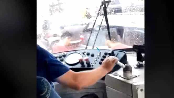 Un vatman a lovit  intenţionat cu tramvaiul o maşină în care erau o mamă cu doi copii