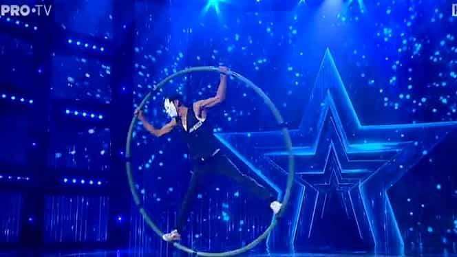 Pedro Benavides, acrobatul cu mască, s-a învârtit cu un cerc de 25 de kilograme la Românii au talent – Video