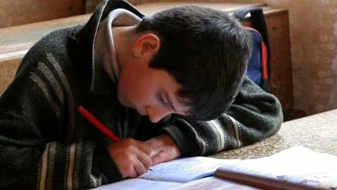 Un copil de 10 ani din Călan a sunat la 112, după ce a fost bătut de învăţătoarea sa!
