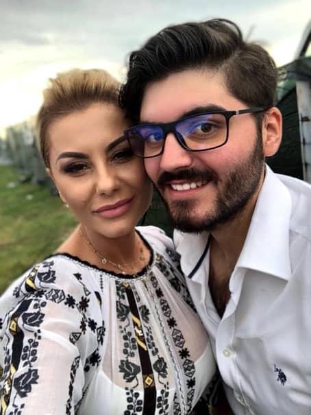 Iubita cântăreață de muzică populară, Emilia Ghinescu, a ajuns să arate incredibil. După 8 ani după ce a cunoscut succesul alături de Nicu Paleru, partenerul ei de scenă, aceasta se face remarcată și astăzi. Cântăreața are acum o familie frumoasă, alături de actualul său partener de viață, Sebi. Familia celor doi are 3 comori: un băiat pe nume Andrei, o fată, Erica și copilul celor doi, Anastasia.