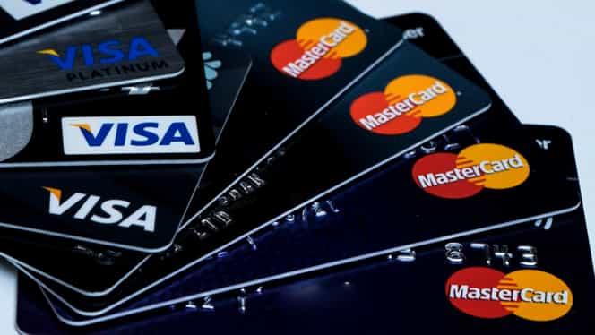 Lovitură năucitoare pentru românii care dețin carduri Mastercard și Visa