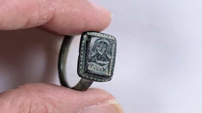 A fost găsit un inel de 700 de ani al lui Moș Nicolae. Ce imagine apare pe el