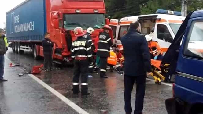Accident grav in Hunedoara. Doi morți și doi răniți după coliziunea dintre un TIR și un microbuz