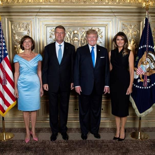 Soția președintelui a arătat senzațional în rochia din mătase Mikado, la dineul oficial de la Palatul Buckingham. Rochia designerului român a fost prezentată și pe podiumul de la Vienna Fashion Week 2018, iar Carmen Iohannis este o mare fană a tinerei creatoare.