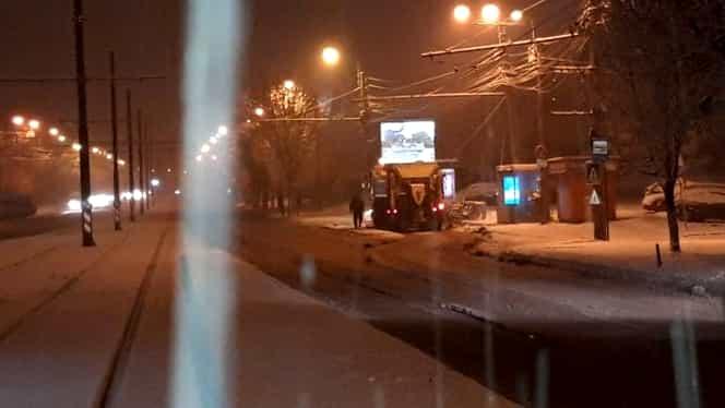 """Asfaltare pe viscol la Craiova și Timișoara! Video viral surprins de un consilier local: """"Bătaie de joc pe banii noștri!"""""""