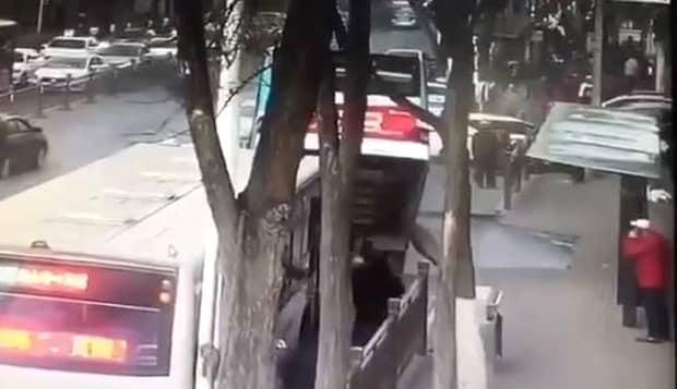 Tragedie în China! Şase morţi şi zece dispăruţi după ce un drum s-a surpat. VIDEO