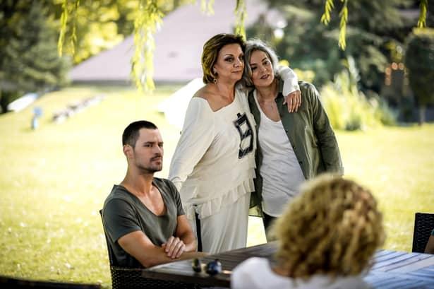 În familia Caragea apare un om din trecutul părinților Anei(Cristina Ciobănașu), care îi va povesti parcursul mamei acesteia și viața plină de oameni bogați în care s-a învârtit.