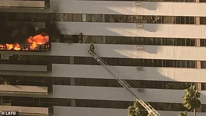 Incendiu puternic la o clădire din Los Angeles! Mai multe persoane s-au aruncat de la etajul șase ca să iasă din calea flăcărilor. VIDEO