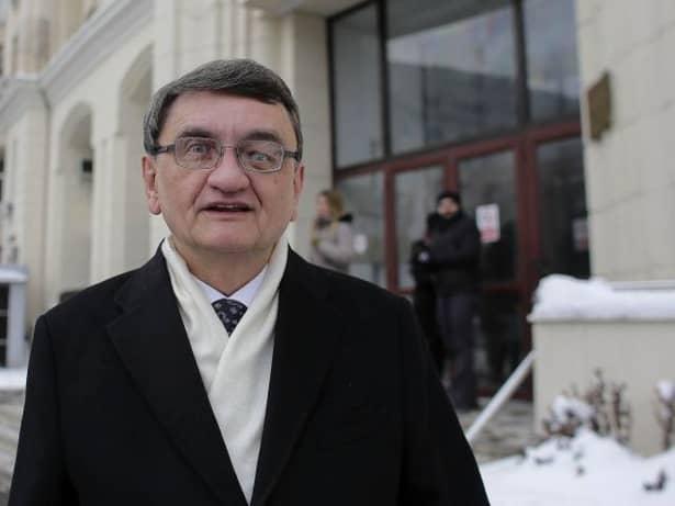 Victor Ciorbea are 64 de ani și ocupă funcția de Avocat al Poporului