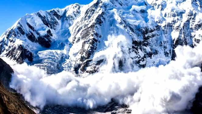 Avalanșă pe șosea, în Bucegi! Cum a reușit să se salveze un șofer