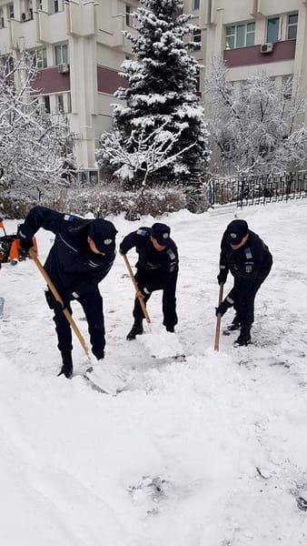 """Gestul jandarmilor pentru câțiva bătrâni din Prahova! Reacțiile oamenilor: """"Eu zic să gazați ninsoarea!"""""""