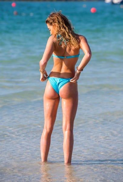 Sigur nu s-a uitat în oglindă! Vedeta, prea mulată la plajă. Când s-a întors, s-a văzut tot