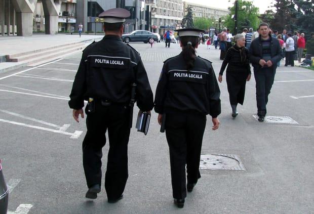 Polițiștii au amendat o mamă din Pitești care căuta haine pentru copii! Câți bani a trebuit să dea