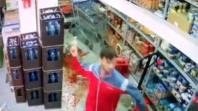 Un tănâr, prins la furat într-un magazin din Arad, a sărit la bătaie! VIDEO