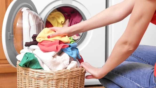 Cum să vă protejaţi hainele atunci când folosiţi maşina de spălat