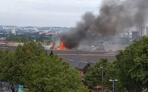 Incendiu puternic la un centru comercial din Londra. Peste 100 de pompieri la fața locului – VIDEO