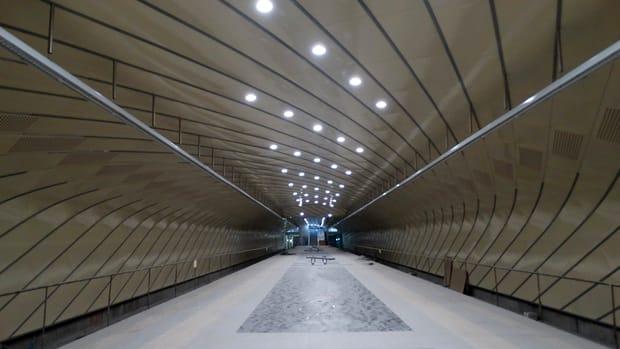 Inaugurarea magistralei 5 de metrou din Drumul Taberei întârzie să fie făcută deja de patru ani de zile. Conform stadiului în care se află acum lucările, în cel mai fericit caz am putea parte de deschiderea liniei în toamna anului 2019, însă doar dacă vor începe în luna ianuarie testele fără pasageri.