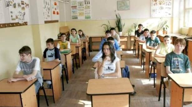 """În consecință,notele de la tezele unice din clasele a VII-a și a VIII-a vor ține locul mediei de gimnaziu. Acestea vor conta în proporție de 20% atunci când se va calcula media de admitere la liceu. Dezvăluirea a fost făcută de președintele Federației Naționale a Asociațiilor de Părinți, Iulian Cristache, care a precizat că propunerea vine de la Ministerului Educației. """"Ministerul Educației a propus introducerea de teze cu subiect unic, la clasele a VII-a și a VIII-a, care să reprezinte 20% din media de admitere la liceu și care să înlocuiască media de la clasele V-VIII luată acum în calcul la admitere"""", a spus acesta. Subiectele de la tezele unice vor fi concepute de Ministerul Educației, iar tezele elevilor ar urmă să fie corectate fie în alte școli, fie în alte județe."""
