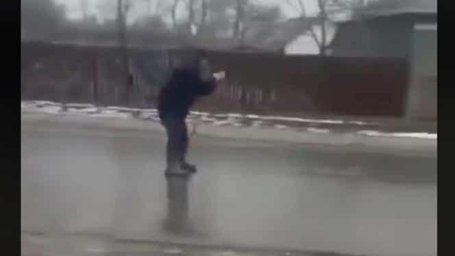 """Clipul ajuns viral în România, după ploaia înghețată! Cum s-a """"dat"""" pe şosea """"Nea Ilie"""", în Brăila"""