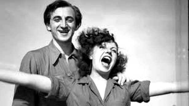 Charles Aznavour a debutat în atenția publicului la vârsta de 9 ani, ca actor. Abia în adolescenţă a ales să devină cântăreţ, iar, în 1946, a fost descoperit de Édith Piaf, pe care a acompaniat-o în turneele ei din Franţa şi Statele Unite ale Americii.