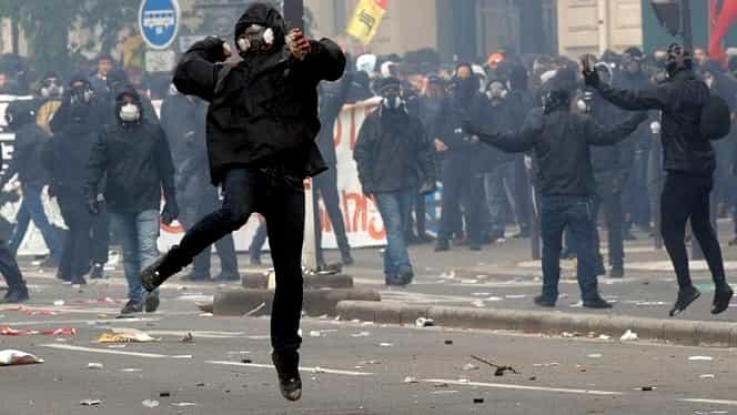 IMAGINI LIVE: Proteste violente în Franța! Gaze lacrimogene, tunuri de apă și piatră cubică scoasă de pe Champs Elysees