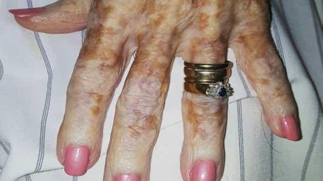 O bătrână a intrat la salonul de înfrumusețare pentru o manichiură, extrem de rușinată de cum arată mâinile ei. Ce a urmat a emoționat-o