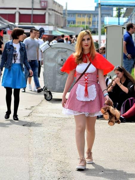 E incredibil cum a apărut această blondă ieri, în Bucureşti! În America e la modă, dar în România poate fi considerară vulgaritate
