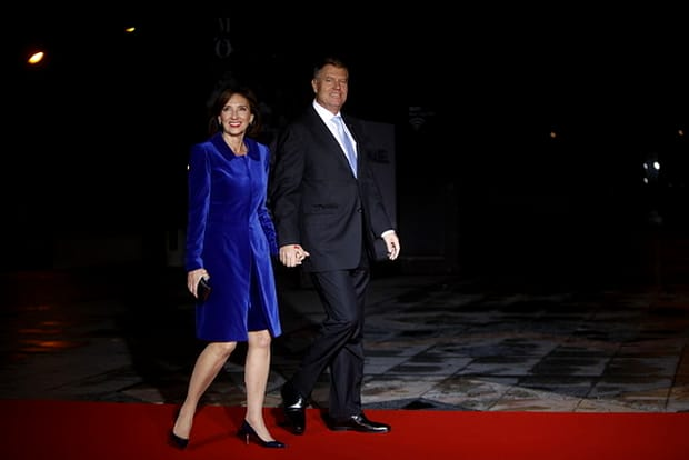 Carmen Iohannis, lăudată pentru ținuta abordată la Paris! Alături de Klaus Iohannis, pe covorul roşu, la Ziua Armistiţiului, soţia preşedintelui zâmbeşte larg