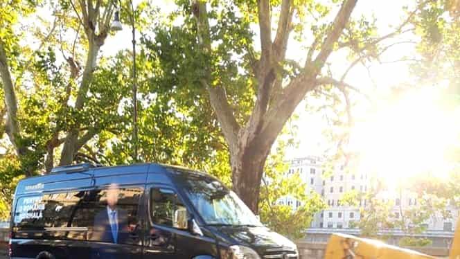Klaus Iohannis a rămas fără mașina de campanie în Italia! Duba președintelui a fost ridicată