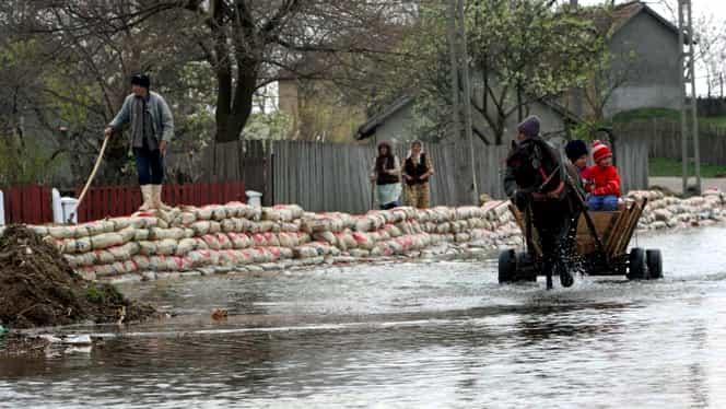 Hidrologii au emis Cod Galben de inundaţii pentru râuri din cinci judeţe din ţară. Gorjul va fi cel mai afectat