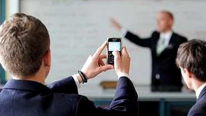 Elevii din Republica Moldova nu vor mai avea voie cu telefoane în timpul orelor de curs. Care este situaţia în România