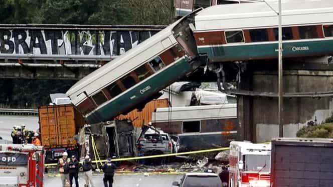 Un tren de mare viteză a deraiat şi s-a prăbuşit peste o autostradă! Peste 70 de victime!