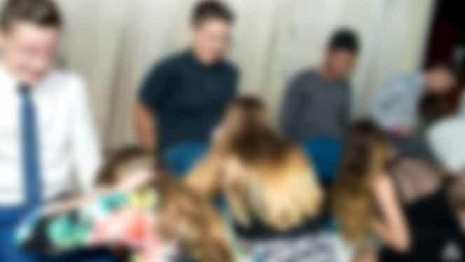 FOTO ŞOC! Elevii au mimat sex oral în grup, de faţă cu profesorii la Balul Bobocilor
