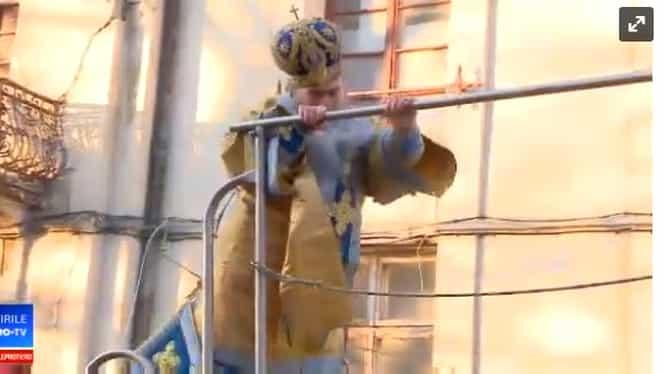 Sfințirea apei de Bobotează: IPS Teodosie se împiedică pe cisternă VIDEO