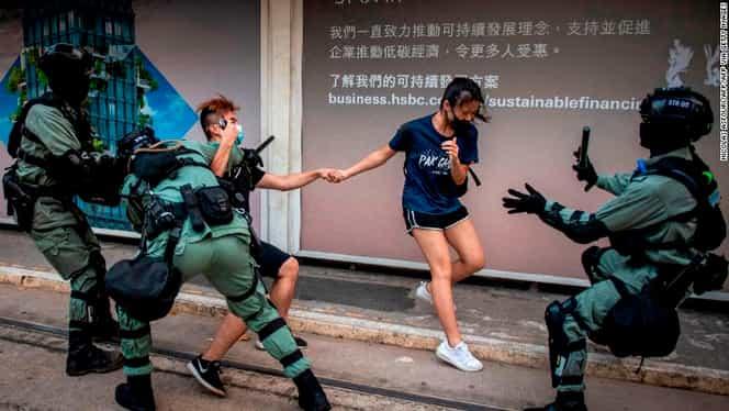 Proteste impresionante la Hong Kong! Poliţia trage cu gaze lacrimogene şi mingi de cauciuc
