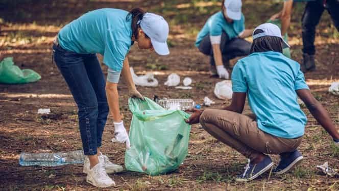 Când ajunge și la noi? Noua provocare #Trashtag a devenit virală. Sute de oameni s-au apucat să strângă gunoiul din păduri și parcuri