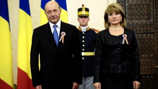 Maria Băsescu a fost una dintre invitații speciali la botezul din acest weekend! Însă, cum a apărut aceasta la marele eveniment al familiei Băsescu și de ce fosta primă Doamnă a fost cam scumpă la vedere? La botezul fiicei Elenei Băsescu, toți cei care au onorat invitația acesteia au fost numai unul și unul.
